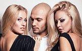łysy mężczyzna i dwie piękne kobiety